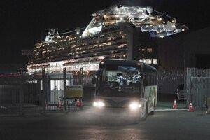Autobus s austrálskymi cestujúcimi z výletnej lode Diamond Princess odchádza z prístavu v Jokohame.
