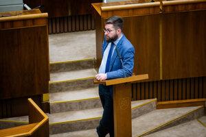 Poslanec Martin Poliačik pri alternatívnom rečníckom pulte.