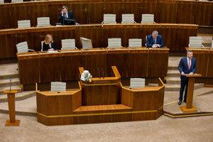 Premiér Peter Pellegrini pri alternatívnom rečníckom pulte.