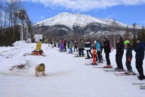 Lyžiari čakajú v rade na vlek v lyžiarskom stredisku Jakubkova lúka.