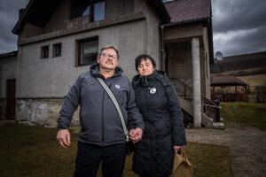 Jozef a Jana Kuciakovci pred ich rodinným domom v Štiavniku na slovensko-moravskom pomedzí.