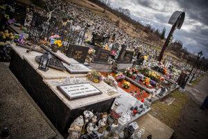 Hrob Jána Kuciaka je najznámejším miestom na cintoríne v Štiavniku.