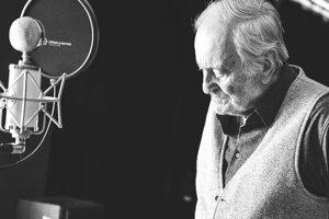 Milan Lasica je jedným z interpretov, ktorí naspievali skladbu Predstavujem si krajinu