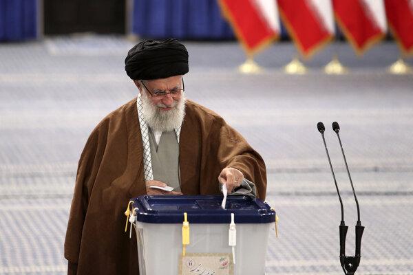 Ako prvý odovzdal hlasovací lístok v Teheráne najvyšší duchovný vodca ajatolláh Alí Chameneí.