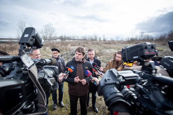 Štátny tajomník ministerstva životného prostredia Norbert Kurilla (uprostred) počas tlačovej besedy na tému finalizácie prípravných prác na riešení pre tzv. vrakunskú skládku. Bratislava, 21. február 2020.
