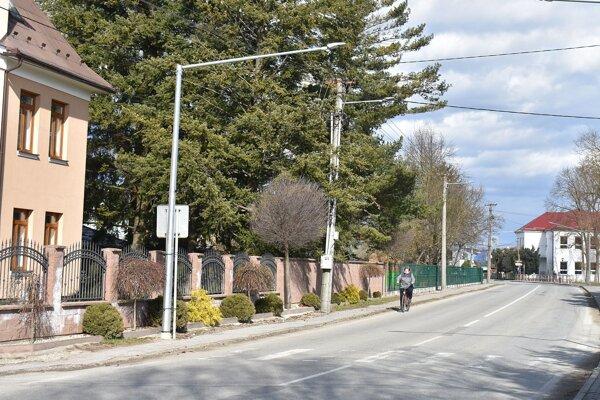 Na hlavnej ceste v Ladcoch sa pustili do rekonštrukcie osvetlenia.