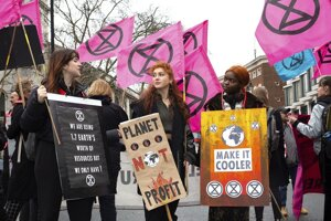 Takto protestovali členovia Extinction Rebellion proti London Fashion Week.