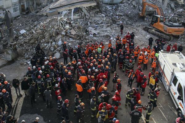 Tureckí záchranári pri troskách po zemetrasení.