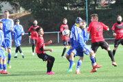 V prvom prípravnom zápase pred jarou nestačili Žemberovčania (v modrom) na Slažany.