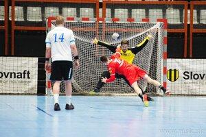 Briatka (v červenom) dáva jeden z deviatich gólov do siete Hlohovca.