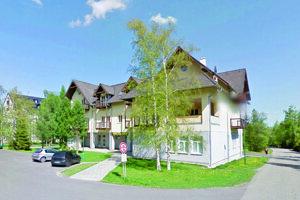 Apartmán Braňa Mojseja v Tatranskej Lomnici sa nachádza v tomto dome.