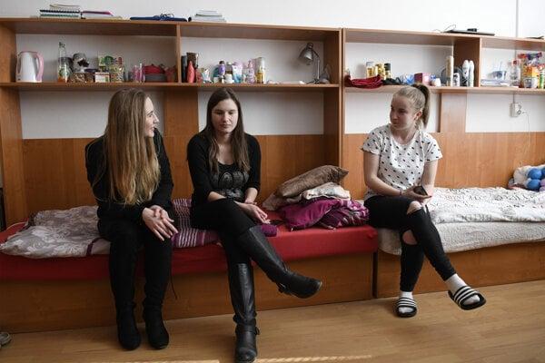 Študentky v jednej z obnovených študentských izieb.