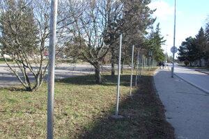 Stĺpiky popri pozemku.