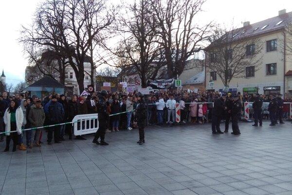 Proti mítingu kotlebovcov protestovali najmä mladí ľudia.