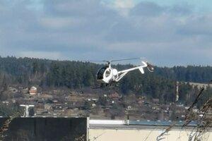 Tieto vrtuľníky prelietavajú nad obcou v Slovenskom raji.