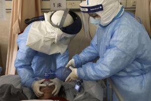 Zdravotníci v Číne sa snažia obnoviť zásobovanie orgánov kyslíkom pomocou resuscitačného vaku.