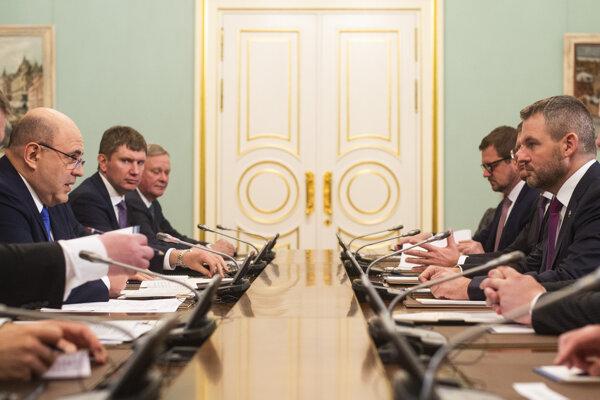 Vľavo predseda vlády Ruskej federácie Michail Mišustin a vpravo predseda vlády Slovenskej republiky Peter Pellegrini počas spoločného rokovania na Úrade vlády Ruska v Moskve 26. februára 2020.