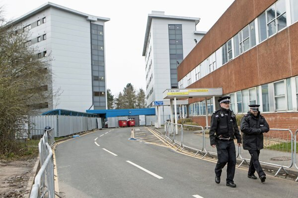 Polícia hliadkuje pred nemocnicou Arrowe Park Hospital, kde boli prevezení britskí pasažieri z japonskej výletnej lode Diamond Princess.