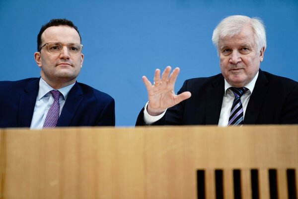 Minister zdravotníctva Jens Spahn (vľavo) a minister vnútra Horst Seehofer.