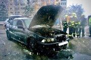Hasiči zasahovali v piatok ráno pri horiacom aute na Sabinovskej ulici v Prešove.