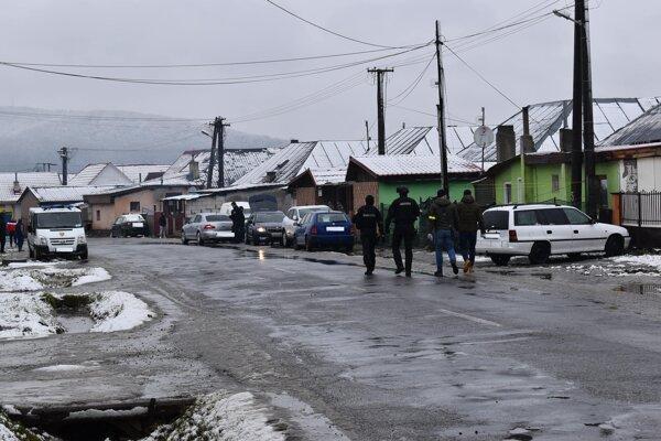 V piatok predpoludním zasahovali v osade Podskalka policajti a finančná správa.