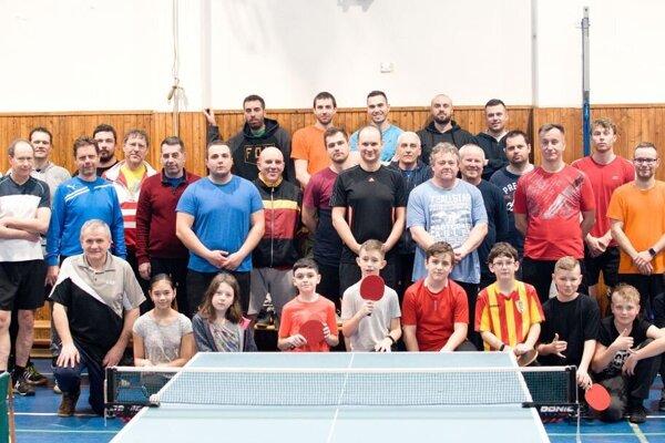 Spoločná fotografia účastníkov stolnotenisového turnaja v Rosine.