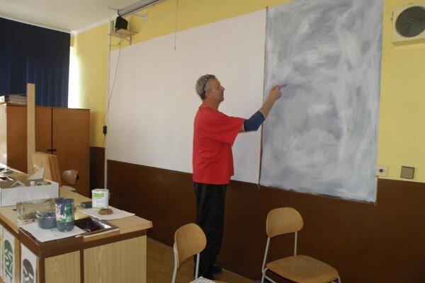 Bezprašné tabule budú využívať v siedmich triedach v Novákoch. Nutný bol pod nimi špeciálny náter.
