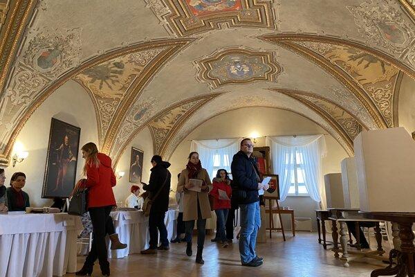 Pôvodná maľba interiéru sa pripisuje maliarovi košického pôvodu Móricovi Horowitzovi.
