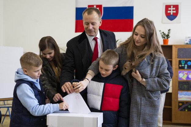 Voľby 2020: Líder hnutia Sme rodina Boris Kollár odvolil v doprovode svojich detí.