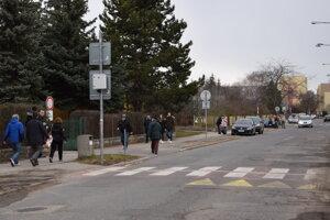 Na Saratovskej ulici v Leviciach, kde boli hlasovacie miestnosti v troch základných školách, bolo počas volebného dňa rušno.