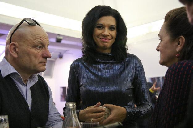 Voľby 2020: Členka predsedníctva KDH Caroline Lišková (uprostred) počas volebnej noci v centrále strany KDH.