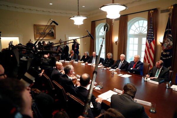 Americký prezident Donald Trump sa v súvislosti s koronavírusom v pondelok stretáva s vedúcimi predstaviteľmi farmaceutických spoločností.