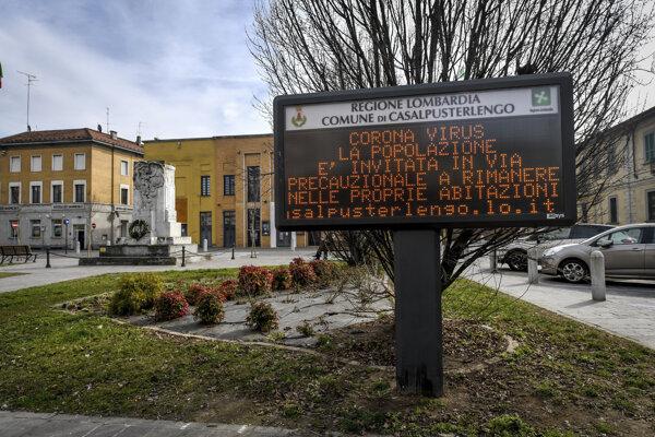 Oznam na svetelnej tabuli v meste Casalpusterlengo v lombardskej provincii Lodi. Výzva, aby ľudia zostávali doma, na tabuli svietila už 23. feburára, keď Taliansko hlásilo sto nakazených.