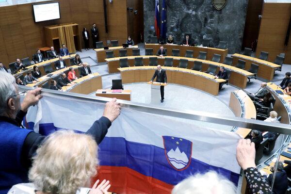 Slovinský expremiér a líder protiimigračnej Slovinskej demokratickej strany (SDS) Janez Janša reční pred poslancami parlamentu v Ľubľane.