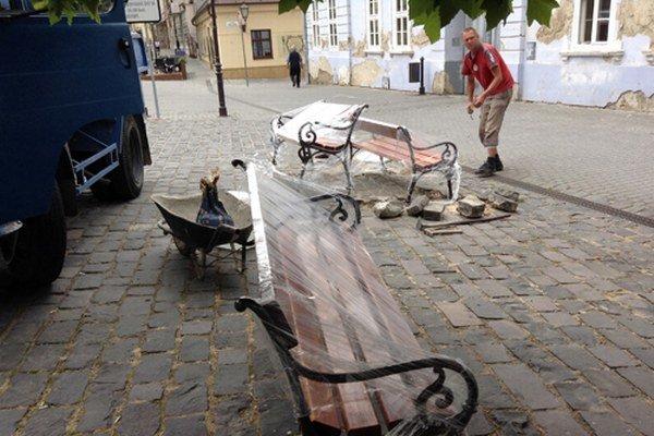 Nové lavičky tesne pred inštaláciou. Drevené časti vyrobili študenti Strednej odbornej školy obchodu a služieb.