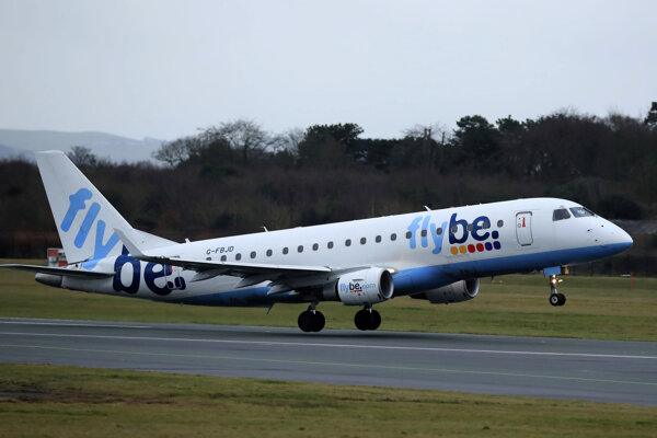 Lietadlo regionálnej britskej leteckej spoločnosti Flybe pristáva na letisku v anglickom Manchestri.