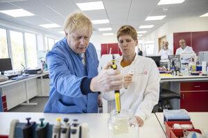Britský premiér Boris Johnson na návšteve epidemiologického laboratória v Bedforde.