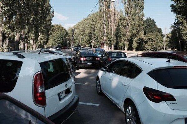 Problémy s parkovaním majú podľa správcu kúpaliska tak desaťkrát do roka.