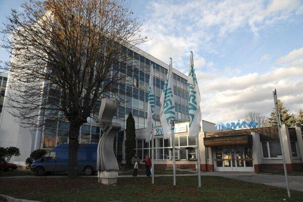 Areál textilnej spoločnosti Merina, a. s. v Trenčíne, 31. októbra 2008. Textilná spoločnosť Merina a.s. dala k 1. novembru výpoveď 50 zamestnancom. Už počas nasledujúceho roka ukončila výrobu úplne a prepustila takmer všetkých zamestnancov, s výnimkou niekoľkých, ktorí sa mali venovať predaju zásob a strojov.