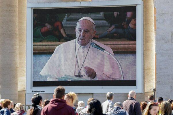 Modlitbu pápeža Františka sledujú veriaci na veľkom plátne na Námestí svätého Petra vo Vatikáne 8. marca 2020.