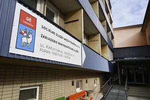 Oznam o zákaze návštev a zrušených svätých omšiach v súvislosti so šíriacim sa koronavírusom v Zariadení opatrovateľskej služby v Trenčíne.