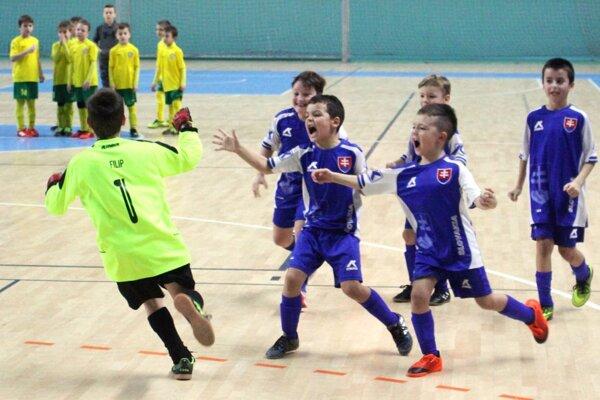 Takto sa tešili Močenčania po semifinálovom penaltovom rozstrele s Brančom.