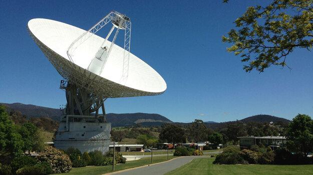 Sedemdesiatmetrová rádiová anténa DSS43, ktorá ako jediná na južnej pologuli dokázala nadviazať spojenie so sondou Voyager 2. Pre vek však už nevyhnutne potrebuje opravu.