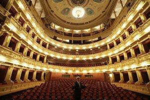 Riaditeľ Národného divadla Jan Burian pózuje na pódiu zatvoreného Národného divadla z dôvodu šíriaceho sa koronavírusu v Prahe.
