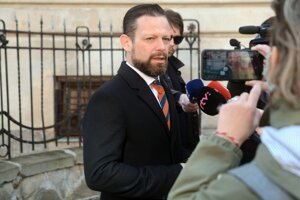 Obhajca obvinenej bývalej štátnej tajomníčky Ministerstva spravodlivosti SR Moniky Jankovskej - Peter Erdös pred budovou Špecializovaného trestného súdu v Banskej Bystrici.