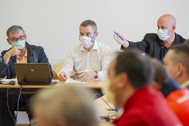 Peter Pellegrini (druhý vpravo), ktorý je poverený riadením ministerstva zdravotníctva, sa zúčastnil krízového štábu Ministerstva zdravotníctva.