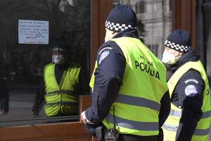 Policajti kontrolujú zatvorenie obchodov v centre Košíc.