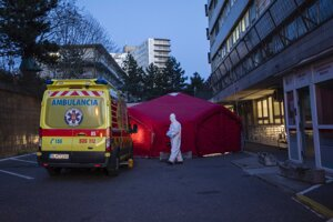Špeciálny stan pred Klinikou infektológie a geografickej medicíny na Kramároch v Bratislave, zabezpečujúci ochranu neinfikovaných pred pacientmi podozrivými z ochorenia COVID-19, aby zabránili možnému hroziacemu riziku rozšírenia koronavírusu.