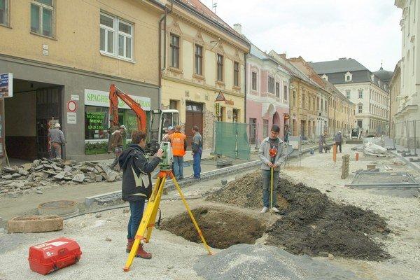 Nález na Hviezdoslavovej zamerali, odoberú vzorky a opäť ho zasypú.