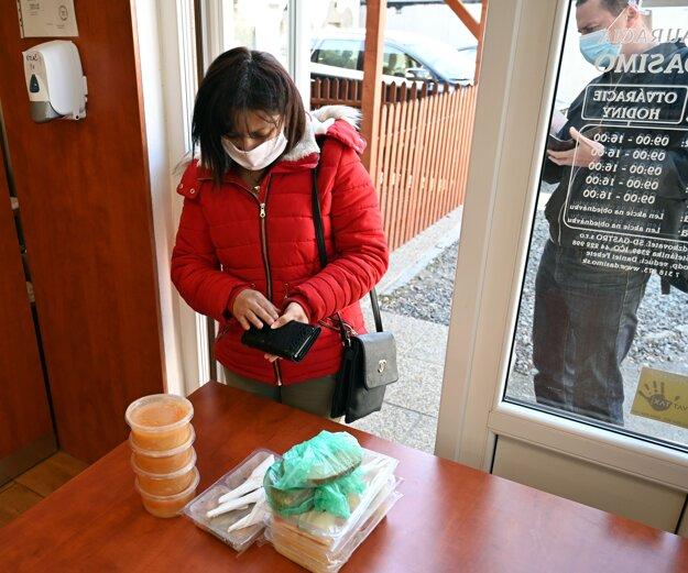 Provizórny výdaj balených obedov v súvislosti s opatreniami proti šíreniu nového koronavírusu v reštaurácii v Trebišove.